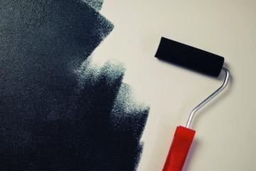 Besoin d'un peintre professionnel pour rénover mur et plafond ?